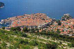 """Alzándose sobre una península de la hermosa costa dálmata, en la actual #Croacia, la antigua ciudad-estado de #Dubrovnik, conocida como la """"Perla del Adriático"""" o """"la Atenas dálmata"""", integró una importante potencia marítima mediterránea desde el siglo XIII. Sus imponentes murallas conforman un serie de muros defensivos y fortalezas que han resguardado la soberanía de esta antigua urbe conocida como la República de #Ragusa"""