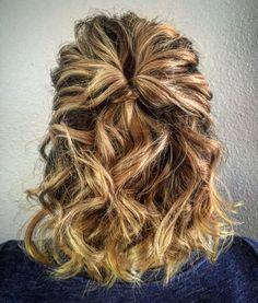 Wavy+and+Textured+Half+Updo – Hair Styles Cute Short Hair Updos, Short Hair Bun, Haircut For Thick Hair, Short Hair Styles Easy, Short Wedding Hair, Wavy Hair, Medium Hair Styles, Curly Hair Styles, Half Updo Hairstyles