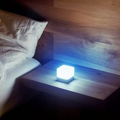 Mobile Lichtquellen in Würfelform Mobiles, Compact Living, Light Project, Twinkle Twinkle, Floating Nightstand, Form, Flashlight, Industrial Design, Lighting Design
