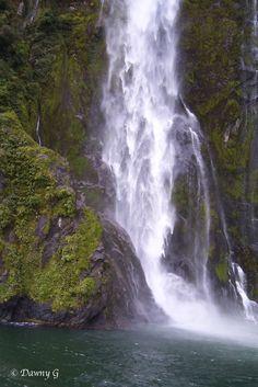 originaltalesfromthetrail.blogspot.com/  Waterfall in Milford Sound - Fiordland National Park http://