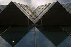 symmetrische compositie - door de schaduw lijkt het alsof het een kubus is terwijl dat eigenlijk niet zo is.