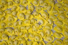 """Tortellini di Valeggio realizzati a mano ... """"Il nodo d'amore"""""""