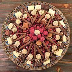 El Yapımı Çikolata Tepsisi - Rumeli Çikolatacısı / İstanbul ( Acıbadem ) Telefon : 0216 969 11 51 Fiyat : 75 TL / Kg