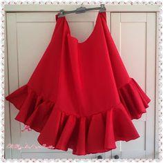En esta entrada os enseño como hacer una falda enagua con volantes de capa para vuestros trajes de Flamenca. Esta que os enseño la he hecho para mi traje de de este año . 4 metros de tela de popelin,hilo, agujas y el patrón de la falda y los volantes doblamos la tela a la mitad ...