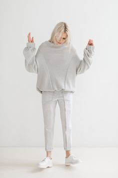 Sweater heavy knitted light grey, spring - summer sweater in light grey, High neckline sweater, Massive detail in the back, knitted cardigan Casual Work Outfits, Work Casual, Casual Chic, Look Fashion, Fashion Outfits, Style Minimaliste, Summer Sweaters, Pleated Pants, Sport Chic
