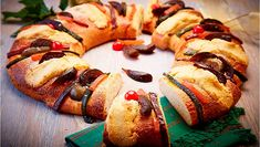 Mexican mothers preserve the Rosca de Reyes tradition in Toronto Mexican Bread, Mexican Food Recipes, Ethnic Recipes, Pan Dulce, Homemade Beauty Products, Dinner Rolls, Cooking Time, Hot Dog Buns, Preserves