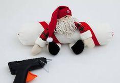 Que tal fazer um peso de porta bem lindinho? Trata-se de um Papai Noel bem fofo. Você pode adorar. Confira! Veja como você pode decorar sua casa com bom gosto e suavidade. Veja como fazer um lindo peso de porta para decorar o Natal de sua casa. Em uma horinha ou duas, você fará este … Christmas Crafts, Christmas Ornaments, Holiday Decor, Feather Tattoo Design, Christmas Patchwork, Make Bows, Peso De Porta, Holiday Ornaments, Weights
