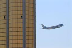 L'avion Air Force One du président Donald Trump décolle de Las Vegas. En avant plan, les fenêtres brisés par le tireur Stephen Paddock de l'hôtel Mandalay Bay. Crédit Mike Blake pour Reuters