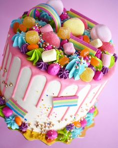 """COCHOBAKE on Instagram: """"Un cake súper poderoso, azúcar, flores y muchos colores💕✨. Aún pedidos abiertos para la semana que viene realiza el tuyo ya !!! 💜🤩. . . . .…"""""""