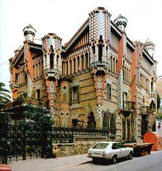 La Casa Vicens en Barcelona fue la primera obra considerada muy importante en la carrera de Gaudí.  Como su estilo por lo cual está famoso, es un edificio modernista.