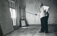 Robert Capa, Henri Matisse drawing sketches for the murals of the Chapelle des Dominicains, France, 1950 Henri Matisse, Magnum Photos, Famous Artists, Great Artists, Matisse Drawing, Matisse Paintings, Matisse Art, Chapelle, Klimt