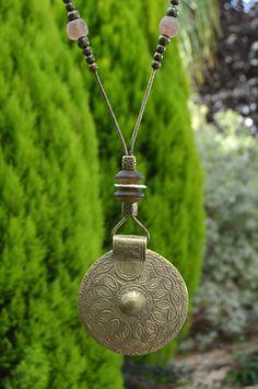 Colgante medallón de bronce africano Saba por DOCECUENTAS en Etsy