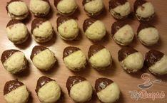 A karácsonyi diókat egy kis ügyességgel és türelemmel gyorsan el tudjuk készíteni. A linzer tésztával megtöltjük a dió formákat, megsütjük, megtöltjük a krémmel, majd olvasztott csokoládéba mártjuk. Ha tovább szeretnénk díszíteni, akkor a csokoládét egy kevés kókuszreszelékkel vagy porcukorral is megszórhatjuk. Ha kicsivel több időnk van, akkor fehér csokoládés öntetet is készíthetünk. Szerző: Adddy
