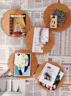 """Korkuntersetzer (im Bild: """"Heat"""" über Ikea) lassen sich auch als Pinnwand arrangieren. So hat man die wichtigsten Dinge immer im Blick."""