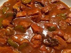 Gulasz/sos myśliwski Sycący, rozgrzewający i bardzo aromatyczny gulasz wieprzowy z kiełbaską, kiszonym ogórkiem i grzybkami. Idealnie smakuje podany z pyzami lub ziemniaczanymi placuszkami. Pasuje także do ziemniaczków, kaszy i wszelkiego rodzaju klusek, a więc jest w czym wybierać. Polecam! Składniki: 350 g wieprzowiny (użyłam łopatki) 2 kiełbasy np. śląskie 1 cebula 2 ogórki kiszone … Pork Recipes, Cooking Recipes, Polish Recipes, Wok, Finger Foods, Stew, Curry, Food And Drink, Tasty