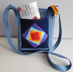 Džínová+kabelka+s+barvami+duhy+Originální,+autorská+kabelka+je+ušitá+z+džínoviny+doplněné+bavlnou+v+barvách+duhy.+Kabelka+je+vyztužená+ronoplastem,+který+drží+tvar+i+když+je+prázdná+a+celá+prošívaná.+Na+přední+straně+má+vypracovanou+hlubokou,+vatovanou+kapsu,+zdobenou+barevným+patchworkem.+Zadní+strana+má+také+patchvorkový+roh.+Uvnitř+na+podšívce+jsou+2+menší...