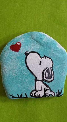 Snoopy Rock!  Blog Ideen  Jardin Miniature Idee -  Snoopy Rock!  Blog Ideen  Jardin Miniature Idee Rock Painting Patterns, Rock Painting Ideas Easy, Rock Painting Designs, Paint Designs, Rock Painting Kids, Rock Painting Pictures, Pebble Painting, Pebble Art, Stone Painting