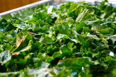 Kale Chips: Crunchy and comforting, kale chips are a healthy way to stock up on 45 different cancer-fighting and anti-inflammitory flavonoids. Go Team Kale! Kale Chip Recipes, Paleo Recipes, Best Diet Foods, Kale Chips, Chips Food, Recipes Appetizers And Snacks, Vegan News, Cancer Fighting Foods, Afternoon Snacks
