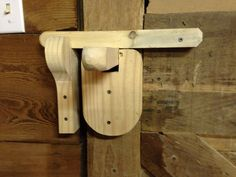 Simple door latch Wooden Gate Door, Wooden Door Knobs, Wooden Hinges, Barn Door Latch, Door Latches, Wood Projects, Woodworking Projects, Industrial Home Design, Woodworking Inspiration