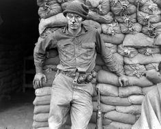 Vojín Heath Matthews čeká na ošetření po boji, Korea 1952