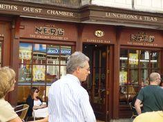 Caffe Nero, the italian coffee est en effet un bar-café-snack où l'on peut déguster de délicieux cafés, cappucinnos et autres expressos.