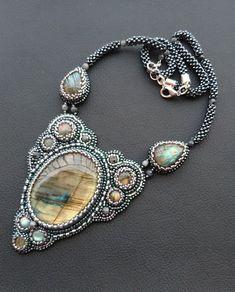 Wyjątkowo uroczy naszyjnik z labradorytów otoczonych srebrnymi i hematytowymi koralikami Toho. Wykonany haftem koralikowym.