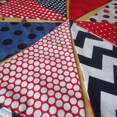 Guirlande de fanions tissus motifs en bleu, rouge et blanc.