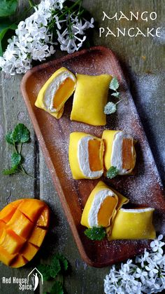 Crêpes asiatiques garnies de mangue fraîche et crème fouettée - Fresh mango chunk topped with fluffy whipped cream, then wrapped with a thin, moist and elastic crepe, pillow-shaped mango pancake is a dessert to die for.