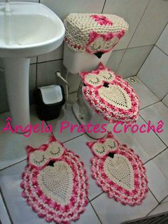 Jogo de banheiro em crochê coruja dorminhoca 4 peças <br>2 tapetes <br>1 tampa vaso <br>1 tampa caixa acoplada <br>Pode ser feito também portal papel higiênico ao invés da tampa da cx acoplada. <br>Faço na cor de sua preferência.