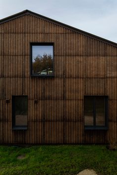 Hemp is used on the inside and out of Cambridgeshire's Flat House - . Hemp is used on the inside and out of Cambridgeshire's Flat House Flat House on Margent Farm, Cambridgeshire by Practice Architecture School Architecture, Sustainable Architecture, Contemporary Architecture, Green Architecture, Green Siding, Solar Energy Panels, Culture, Fibre, Flat