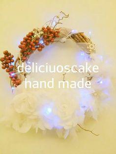 Ghirlanda natalizia realizzata con tralci di vite, decorata con rose e piume!!! Facebook.com/deliciouscakehandmade.