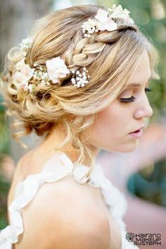Beautiful hair for the wedding. Relaxed and with delicate flowers.