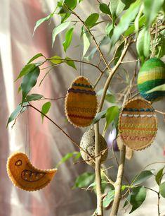 Filz-Ostereier und Ostervögel nähen mit webband und Zackenlitze Back To School, Blog, Christmas Ornaments, Holiday Decor, Felting, Gifts, Crafting, Christmas Jewelry, Blogging