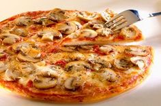 Pizza aux champignons, à l'ail et aux herbes