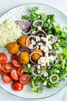 Skøn falafelsalat med avocado-tahin dressing. Dette var min frokost i sidste uge, hvor jeg havde lyst til en god salat til frokost. Salaten her består af grøn salat, tomater, rødløg, bredbladet persille, skønne falafler og en virkelig lækker dressing, som er lavet af avocado og tahin. Salaten blev virkelig god og samtidig utrolig nem –...
