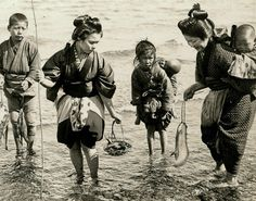 Fishing on the shores of Japan. by photographer Julian Cochrane. Japanese History, Japanese Culture, Old Pictures, Old Photos, Vintage Photographs, Vintage Photos, Era Meiji, Samurai, Ghost In The Machine