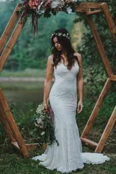 We can't get over this stunning form-fitting wedding dress by Novelle Bridal | Image by Oak + Pearl Photo