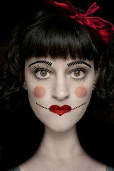 maquillage d`Halloween avec une rouge à lèvres en forme de coeur