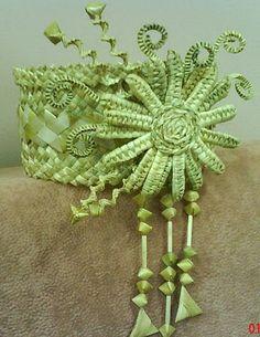 Кокошники из соломки наши + из интернета – 57 фотографий   ВКонтакте Weaving Designs, Leaf Crafts, Straw Hats, Weaving Art, Weave, Origami, Basket, Embroidery, Palm Fronds