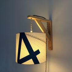 Lampe équerre - applique murale - abat-jour en voile de bateau - marquage bleu - fil électrique en tissu rouge et blanc - lampe : Luminaires par belamp