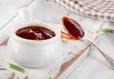 A creative way to avoid using sweeteners to prepare BBQ sauce is to use dates. BBQ sauce with dates are an ideal substitute to the original version. Sauce A Fondue, Sauce Française, Homemade Barbecue Sauce, Barbecue Sauce Recipes, Easy Vegetable Lasagna, Mango Bread, Sauces, Sweet And Spicy, Dressing