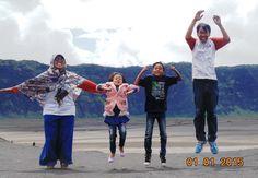 Foto kiriman Maimunah  BROMO MOUNTAIN. Seruuuunya, bisa berekspresi ''melompat'' bersama di Pasir Berbisik - Gunung Bromo. Meski badan lelah, jika untuk keluarga tak jadi masalah.  #FotoKeluargaEMCO