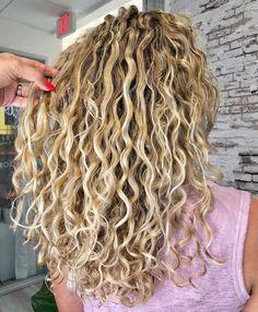 Para seeing that cacheadas age crespas, dormir sem desmanchar os Blonde Curly Hair, Curly Hair Tips, Curly Hair Styles, Natural Hair Styles, Curly Perm, Natural Curls, Medium Permed Hairstyles, Headband Hairstyles, Shakira Hairstyles
