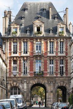 4e arrondissement, frontière entre la rue de Birague et la place des Vosges. Ce «pavillon du roi» - qui est aujourd'hui en copropriété - a été bâti pour Henri IV, entre 1605 et 1607