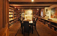 Präsentable #Bibliothek im #Selbstversorgerhaus #RefugiumTilliach Bild: Oskar Dariz Bar, Table, Furniture, Home Decor, Steam Bath, Decoration Home, Room Decor, Tables, Home Furnishings