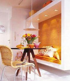 O nicho embutido deu charme e funcionalidade para a sala de jantar pequena.  http://www.decorfacil.com/salas-de-jantar-pequenas/