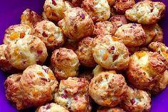 Zutaten 300 g Mehl 250 g Quark 1 Pck. Backpulver 8 EL Milch 6 EL Öl 1 TL … Ingredients 300 g flour 250 g quark 1 pck. Baking powder 8 tbsp milk 6 tbsp oil 1 tsp salt 1 tbsp sugar 100 g roasted onions 200 g cheese, grated 100 g ham, diced Snacks Pizza, Snacks Für Party, Pizza Recipes, Appetizer Recipes, Snack Recipes, Pizza Ball, Pizza Hut, Roasted Onions, Recipes