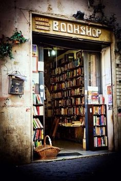 This #bookshop is real. It's in Rome, at Via della Lungaretta 23 (Trastevere)