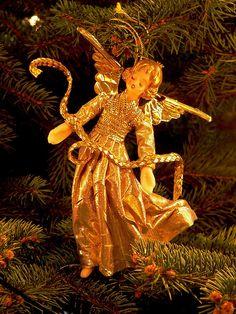 In der Weihnachtsgeschichte verkündet ein Engel die Geburt Christi. Und auch heute noch wird der Engel als Figur zur Dekoration oder als Schmuck am Christbaum verwendet. Er gehört ebenso zu Weihnachten, wie Geschenke. Eine schöne Geschenkidee ist ein Ring, ein Armband oder eine Kette. Eine große Auswahl an schönem Schmuck , den sie ihren Liebsten schenken können finden sie auf unserer Seite www.jewels24.de #schmuck #weihnachten #geschenkidee #engel