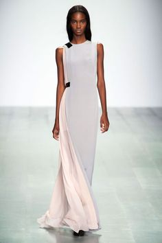 The best looks of London Fashion Week: Spring 2015 - All evening bli . - The best looks of London Fashion Week: Spring 2015 – All evening looks from Schwab had an etherea - Fashion Job, Fashion Week 2015, Fashion Weeks, Look Fashion, Runway Fashion, Spring Fashion, High Fashion, Fashion Dresses, Womens Fashion